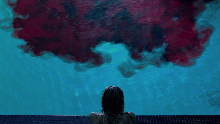 """It Follows (David Robert Mitchell) """"It Follows"""" ist ein atmosphärisch gelungener Teenie-Schocker und gleichzeitig eine Metapher für adoleszente Verlustängste."""