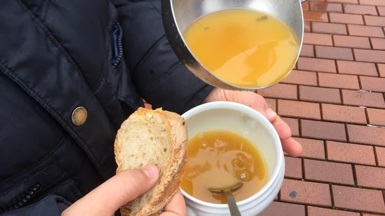 Basler Promis schwingen die Suppenkelle für Armutsbetroffene