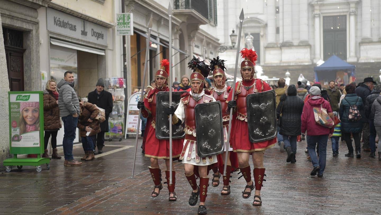 Kälte hinderte Darsteller nicht daran, in Sandalen durch die Stadt zu laufen