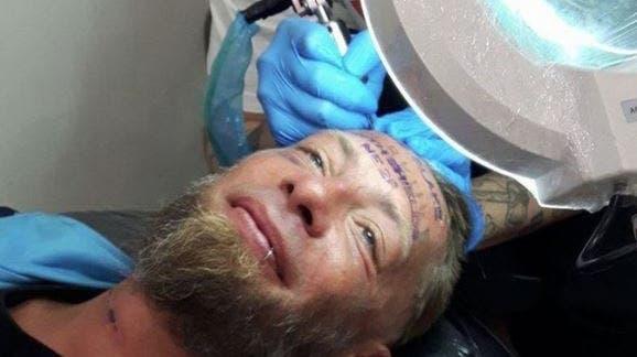 Touristen bezahlen Obdachlosen für Tattoo im Gesicht – und nehmen ihm das Geld wieder ab