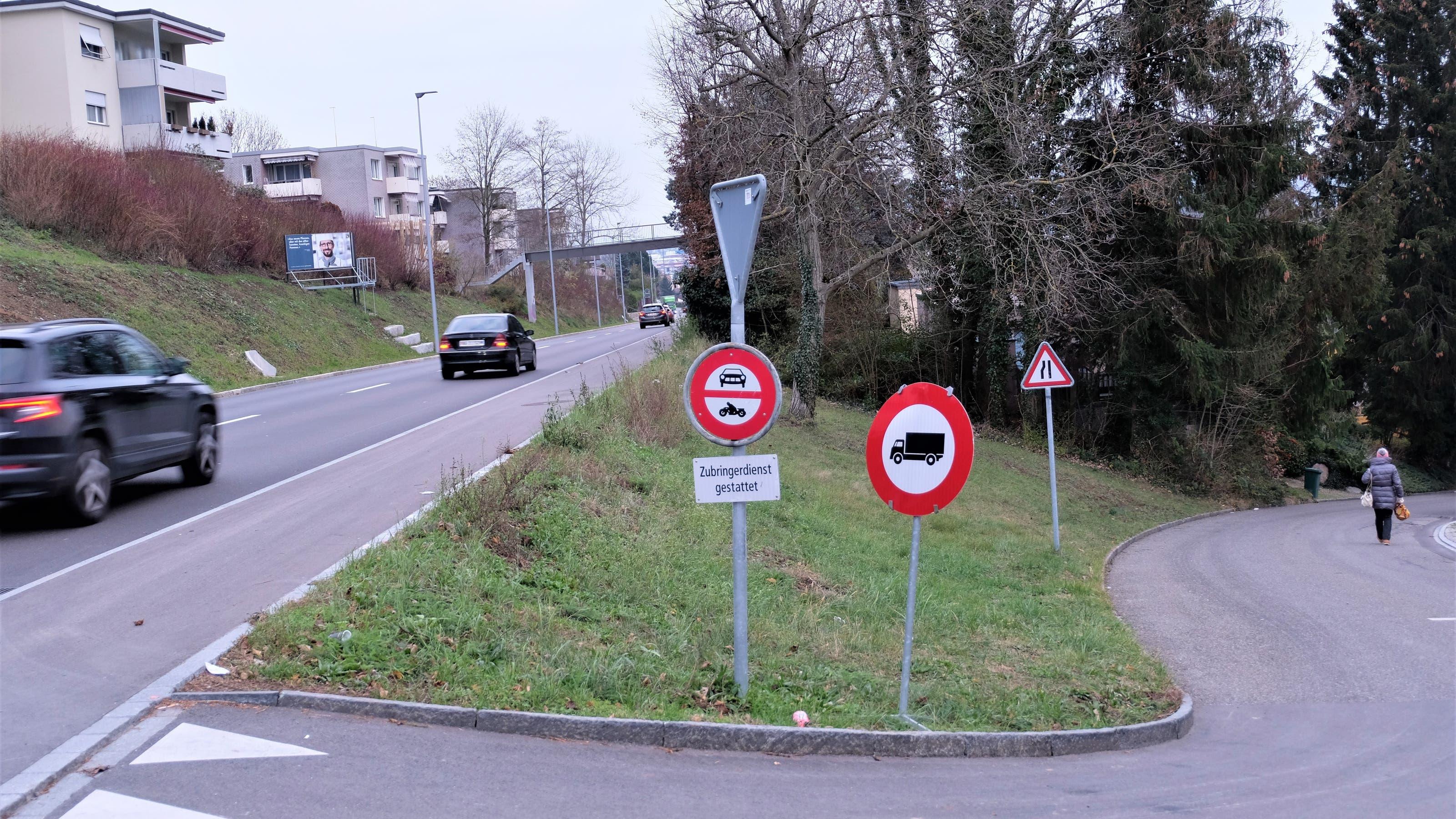 Der Streitpunkt in Oetwil: rechts die Haldenstrasse mit Fahrverbot, links die Limmattalstrasse.