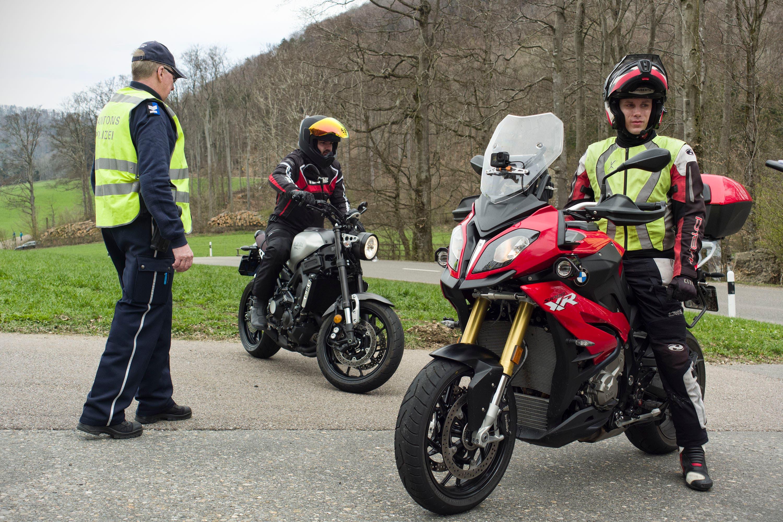 Verkehrskontrolle Benkenjoch Die Aargauer Kantonspolizei führt auf dem Benkerjoch technische Kontrollen an Motorrädern durch.