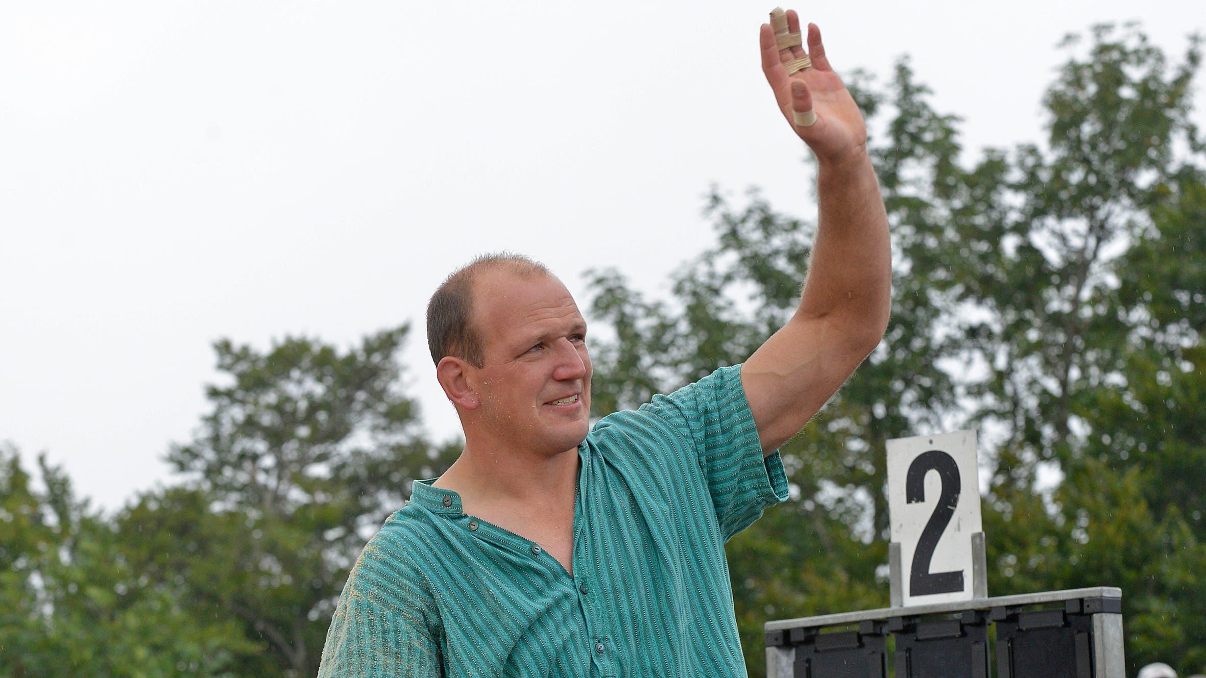 Bruno Gisler, hier von seinen Solothurner Schwingerkollegen aus der Arena getragen, verabschiedete sich nach 127 Kranzgewinnen mit Tränen in den Augen aus den Sägemehlringen.