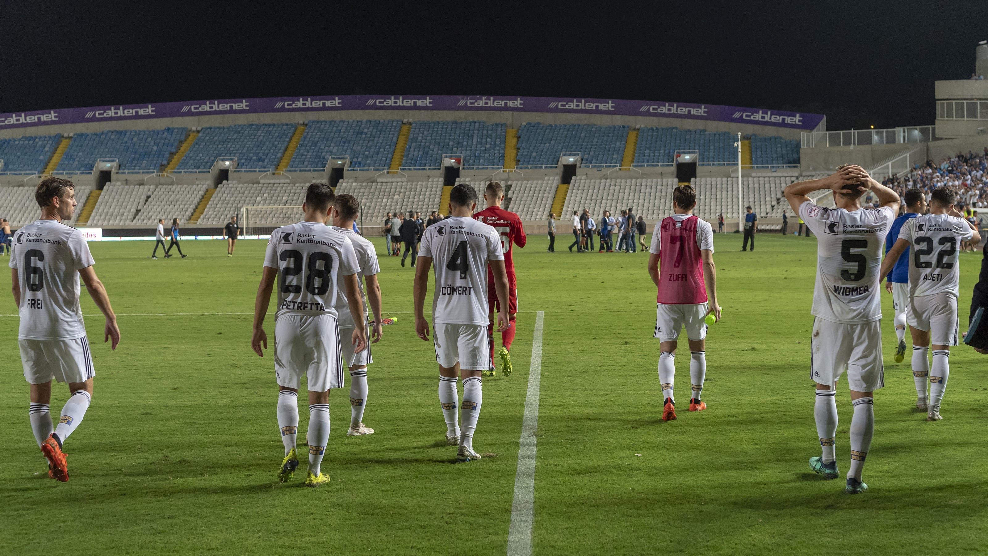 Geschlagen trotten die FCB-Spieler nach dem Gang zu den Fans weg.