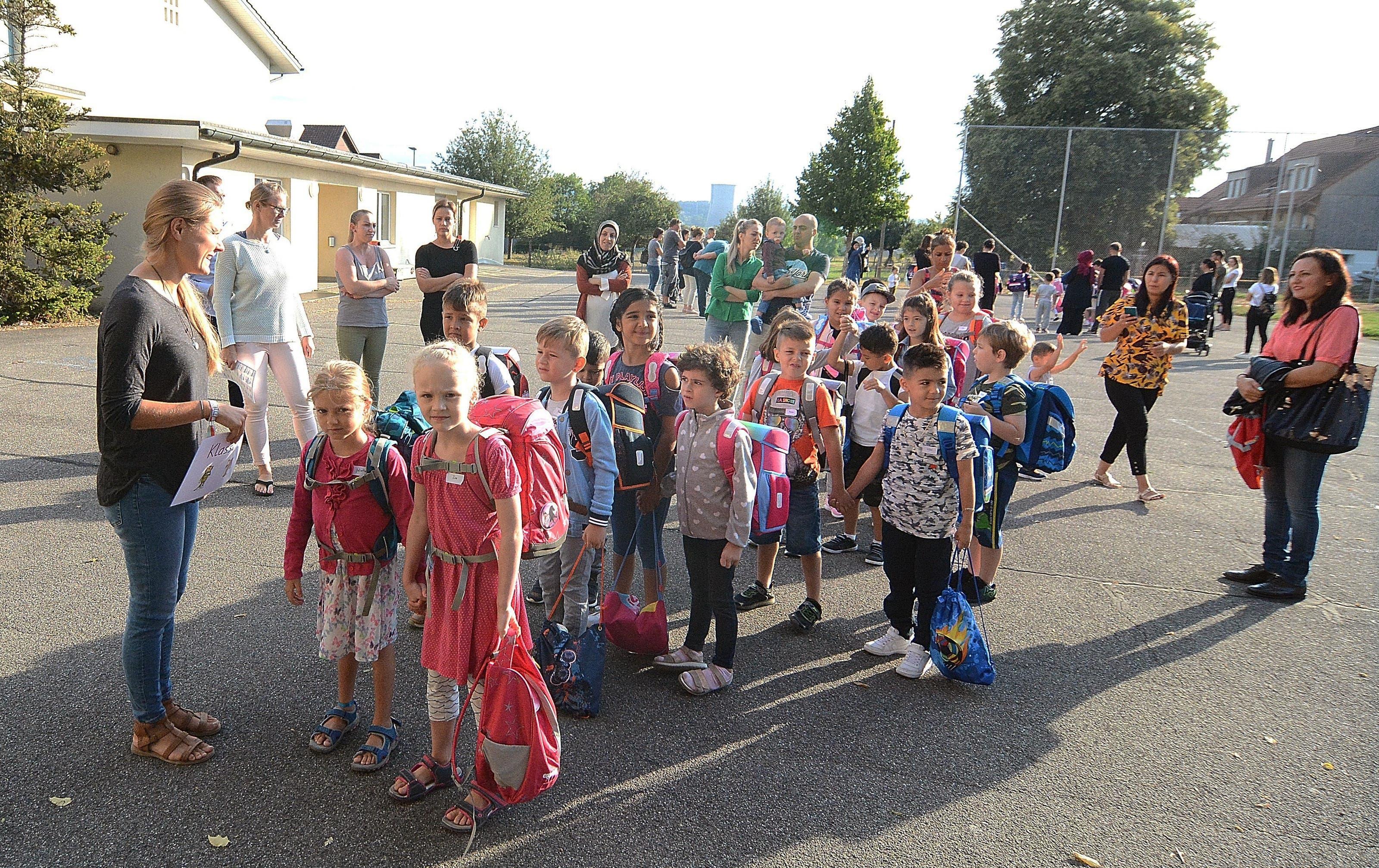Schulanfang in Dulliken. Primarschullehrerin Stefanie Strebel empfängt ihre erste Klasse vor dem Alten Schulhaus.