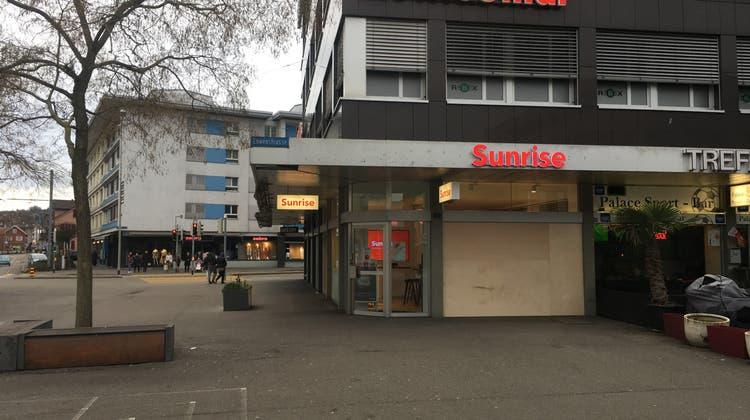 Einbrecher kracht mit Auto in den Sunrise-Shop