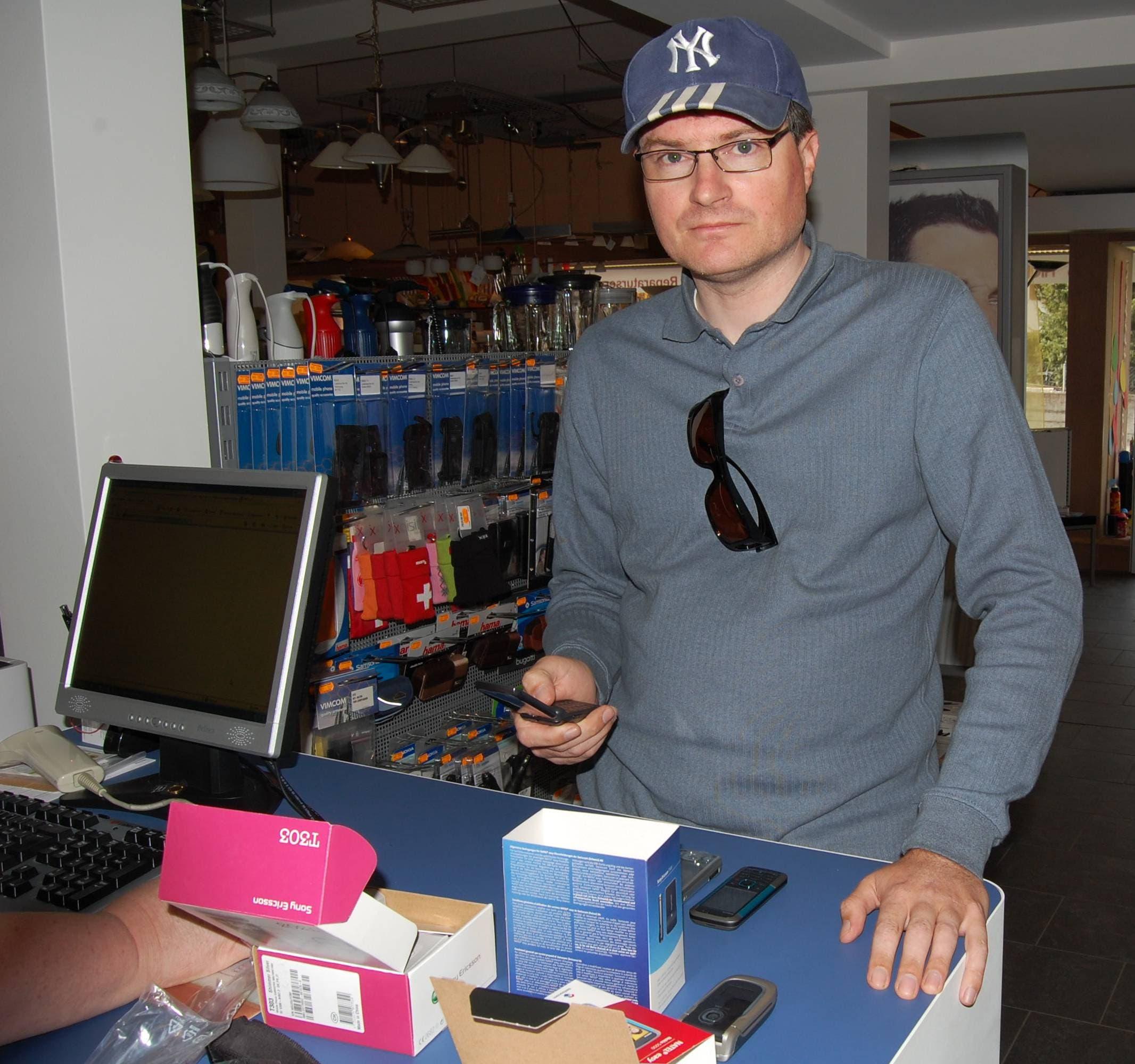 In Gipf-Oberfrick kauft Christoph Meili ein Handy.