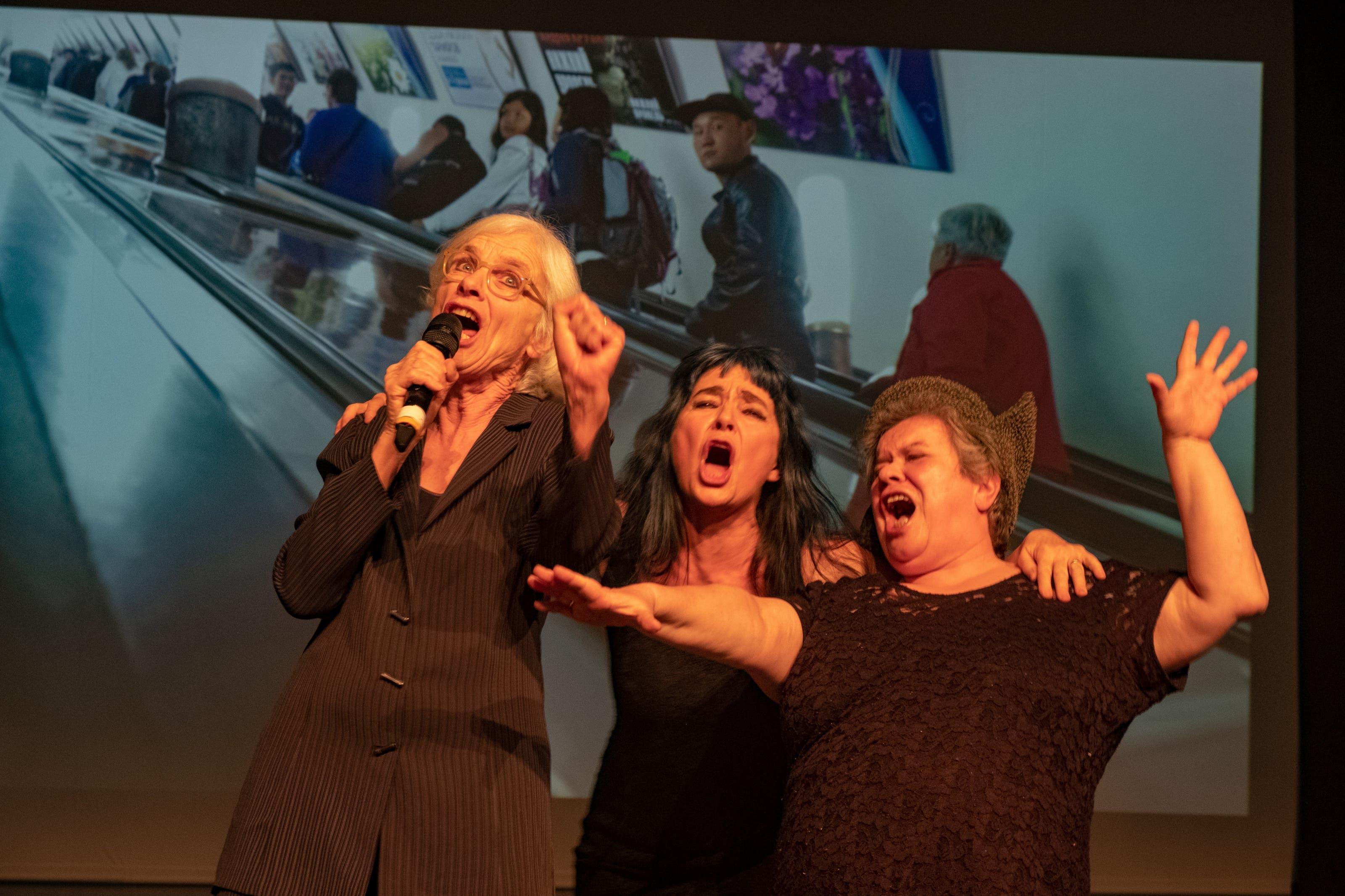 """Les Reines Prochaines Les Reines Prochaines laden in Basel zur Jubiläums-Revue """"Let's sing! Arbeiterin""""."""