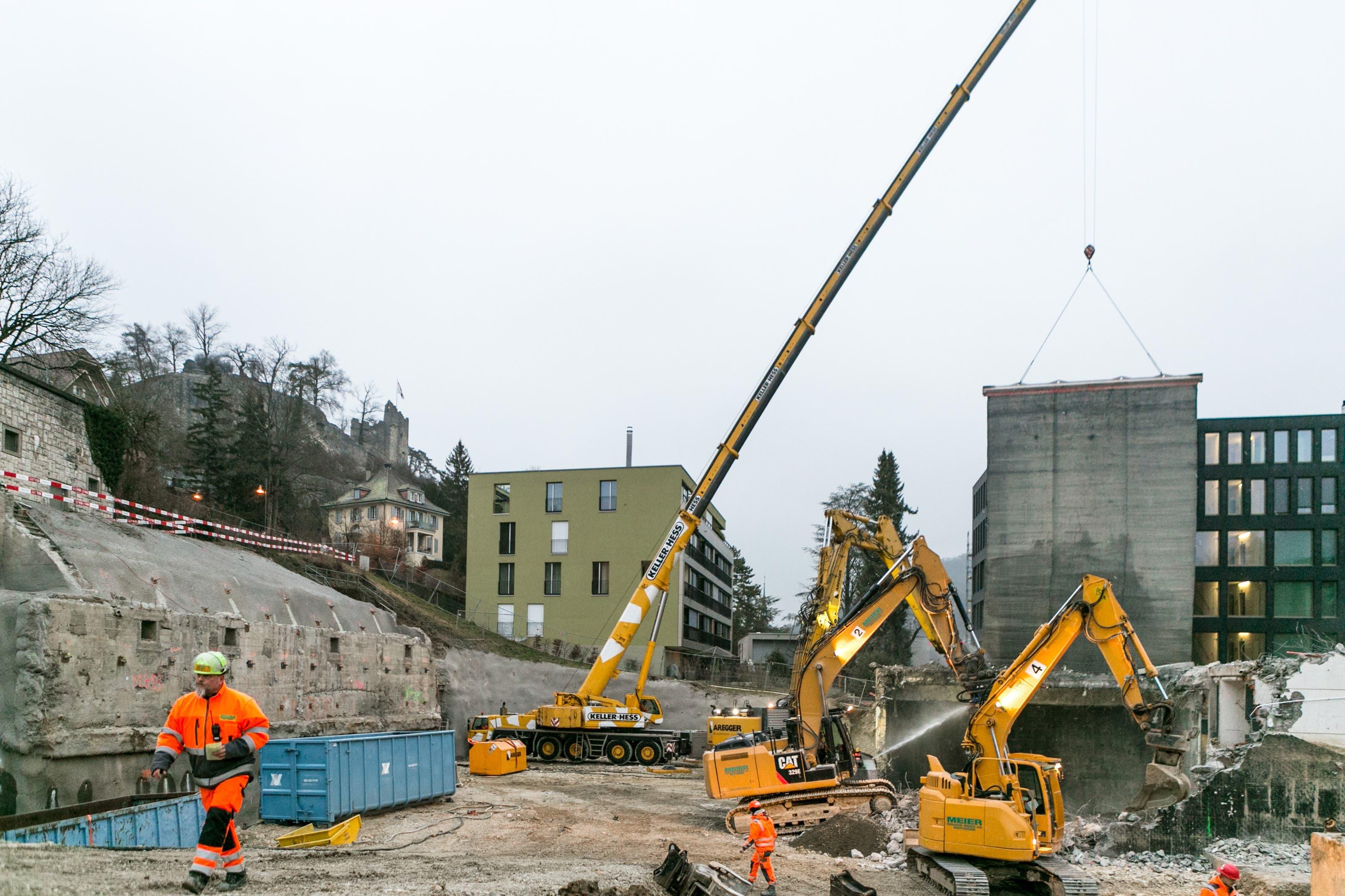 Auf der Baustelle für das neue Sekundarstufezentrum Burghalde wird heute eines der letzten Gebäudeteile mit einem riesigen Bagger abgerissen.