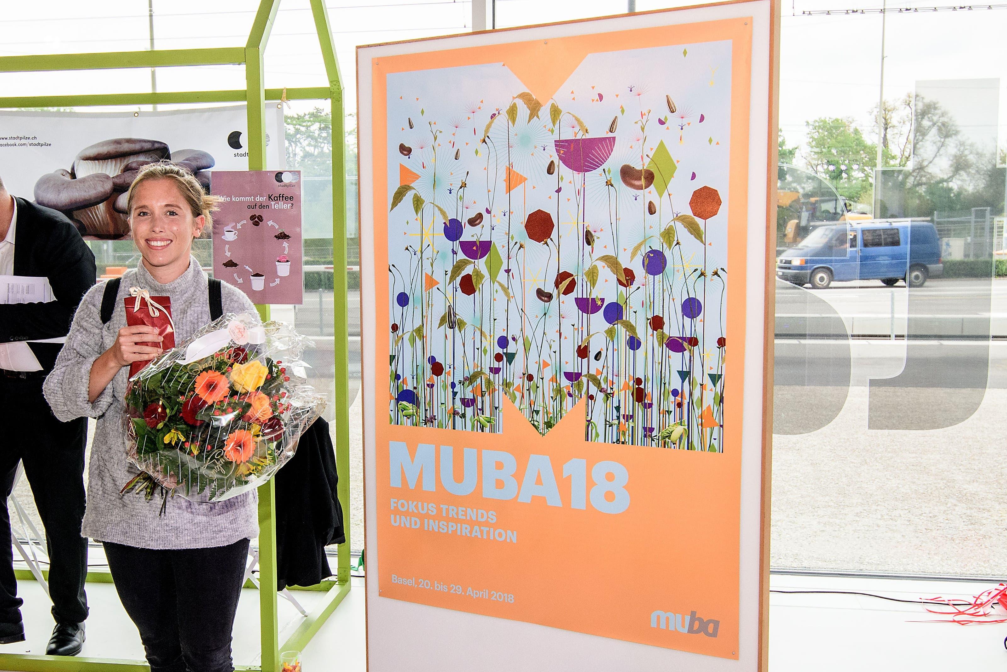 Plakatvernissage und Preisverleihung zum Muba-Plakat 2018: Die Siegerin Meret Buser. Plakatvernissage und Preisverleihung muba-Plakat 2018, Campus der Künste, Dreispitz: Die Siegerin Meret Buser mit ihrem Plakat