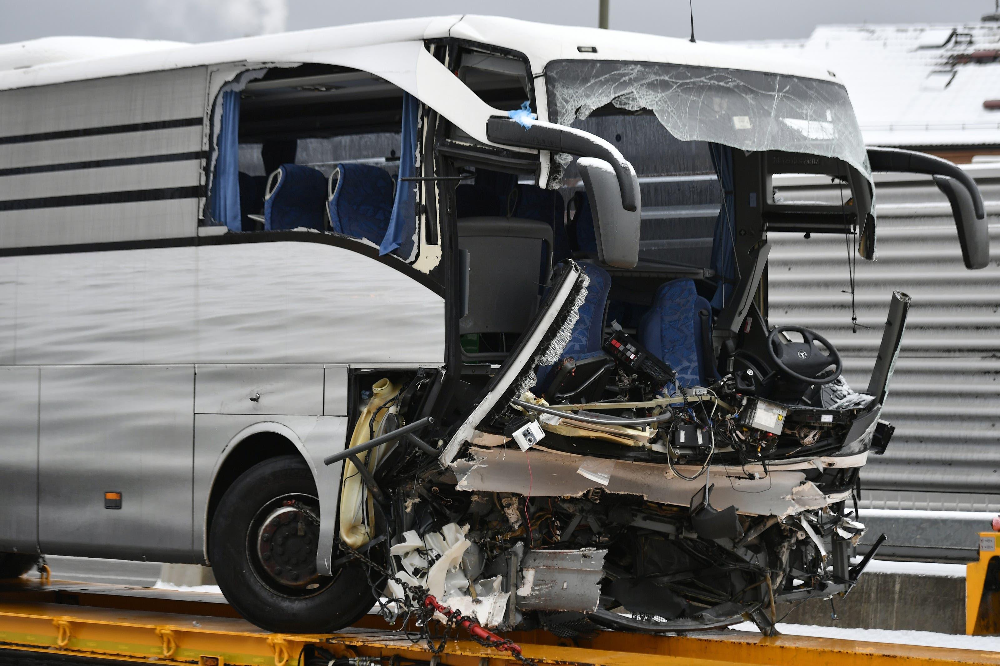 Dieser Reisecar verunfallte auf der Autobahn A3 in Zürich.