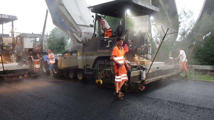 Strassenbau bei Gewitterregen: Trotz widriger Umstände rollt der Verkehr am Montag wieder