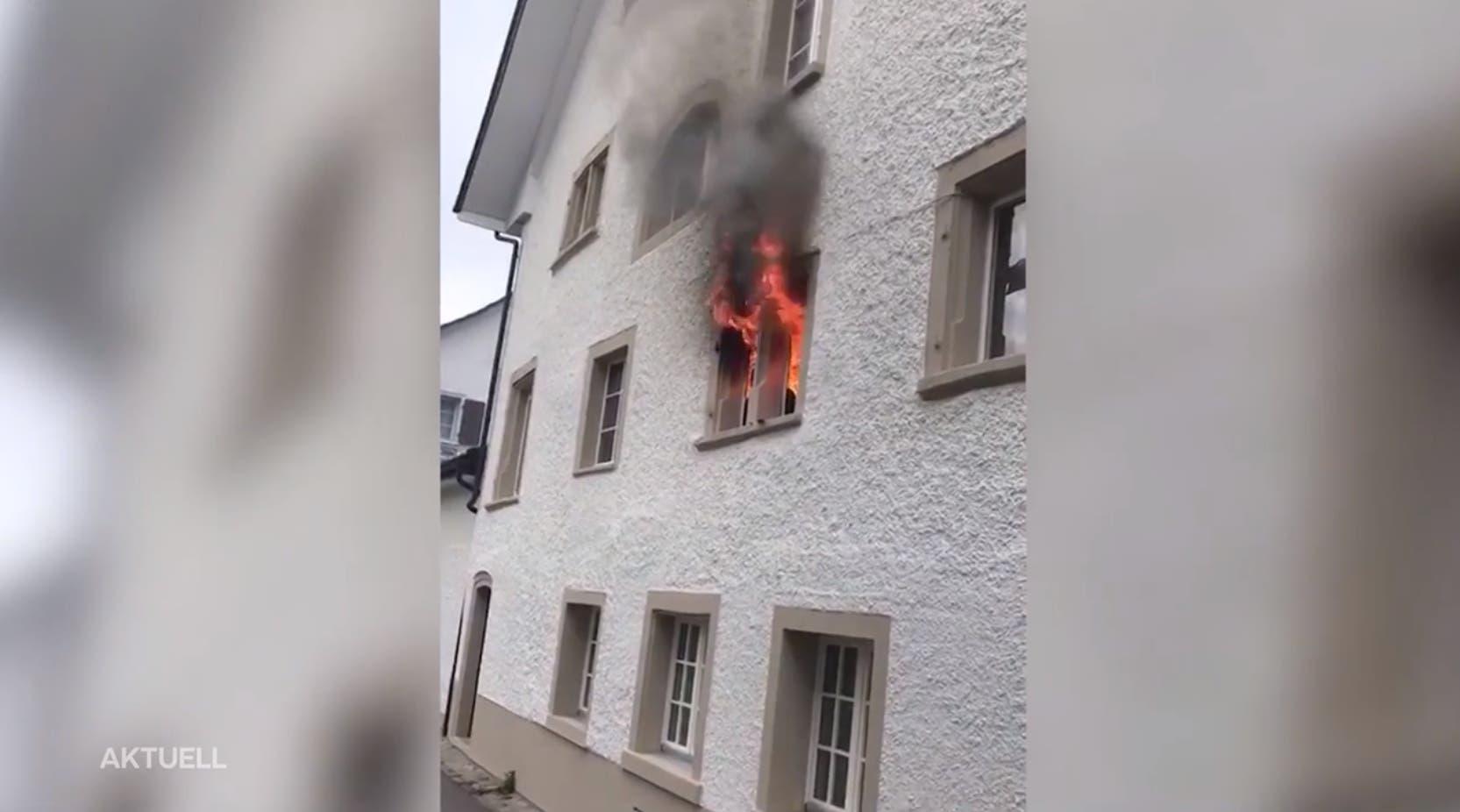 Dieser Screenshot eines Leservideos zeigt, wie die Flammen aus einem Fenster im ersten Stock schiessen. Hier dürfte der Brand ausgebrochen sein.