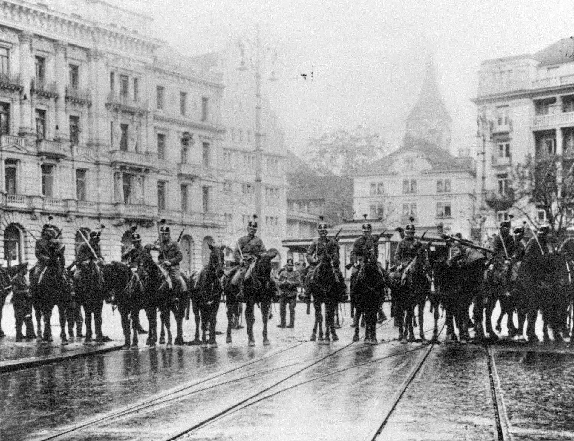 Zürich war im November 1918 der Ausgangspunkt des schweizerischen Generalstreikes. Am 9. November um 4.30 in der Früh, zogen sich Einheiten der Armee auf dem Paradeplatz zusammen um eine geplante Feier zum Jahrestag der Oktoberrevolution zu verhindern. Die Soldaten feuerten allerdings bloss in die Luft und nicht in die Menge. Einige Zivilisten wurden von Säbelhieben getroffen. (KEYSTONE/FOTOSTIFTUNG SCHWEIZ/Adolf Moser)