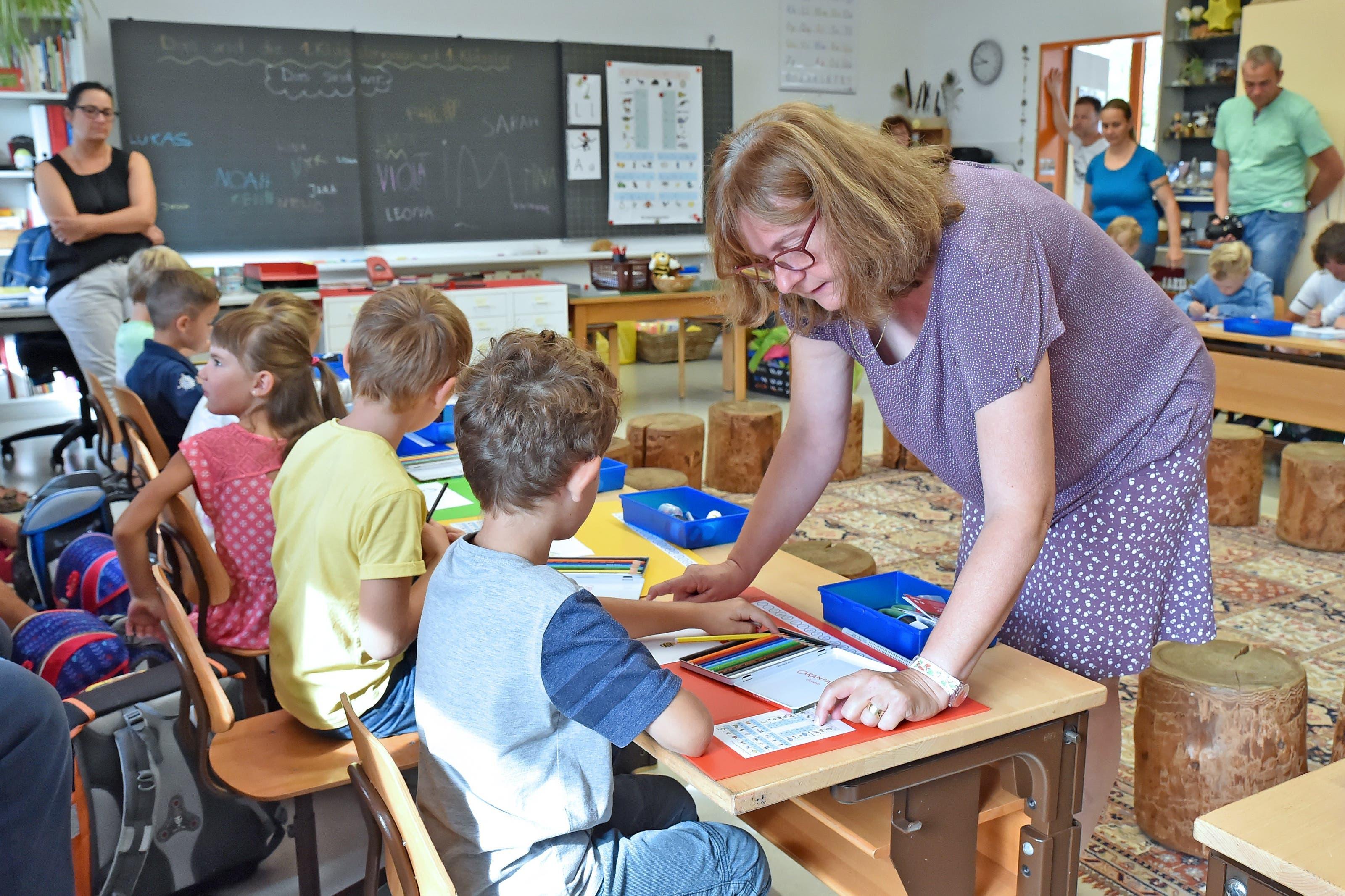 Schulanfang in Fulenbach. Bei Rosi Wiggli dürfen die Kinder mit ihrem neuen Farbkasten Bär und Tiger zeichnen und malen.