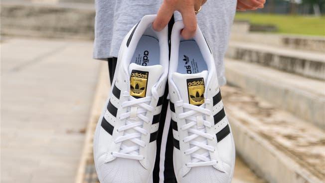 falta de aliento dentista Maldición  Sportartikelhersteller: Adidas verlegt Konzern-Bereich in die Innerschweiz  – und schafft 100 neue Jobs | Aargauer Zeitung