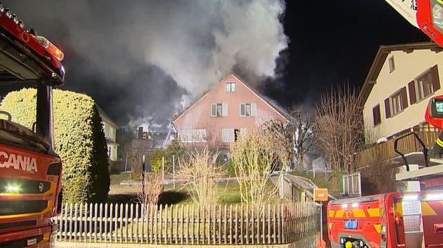 Hausbrand richtet grossen Sachschaden an – eine Person verletzt
