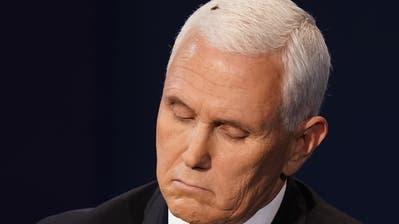 Auch die Fliege auf seinem Kopf konnte ihn nicht aus der Ruhe bringen: Vize-Präsident Mike Pence. (Keystone)