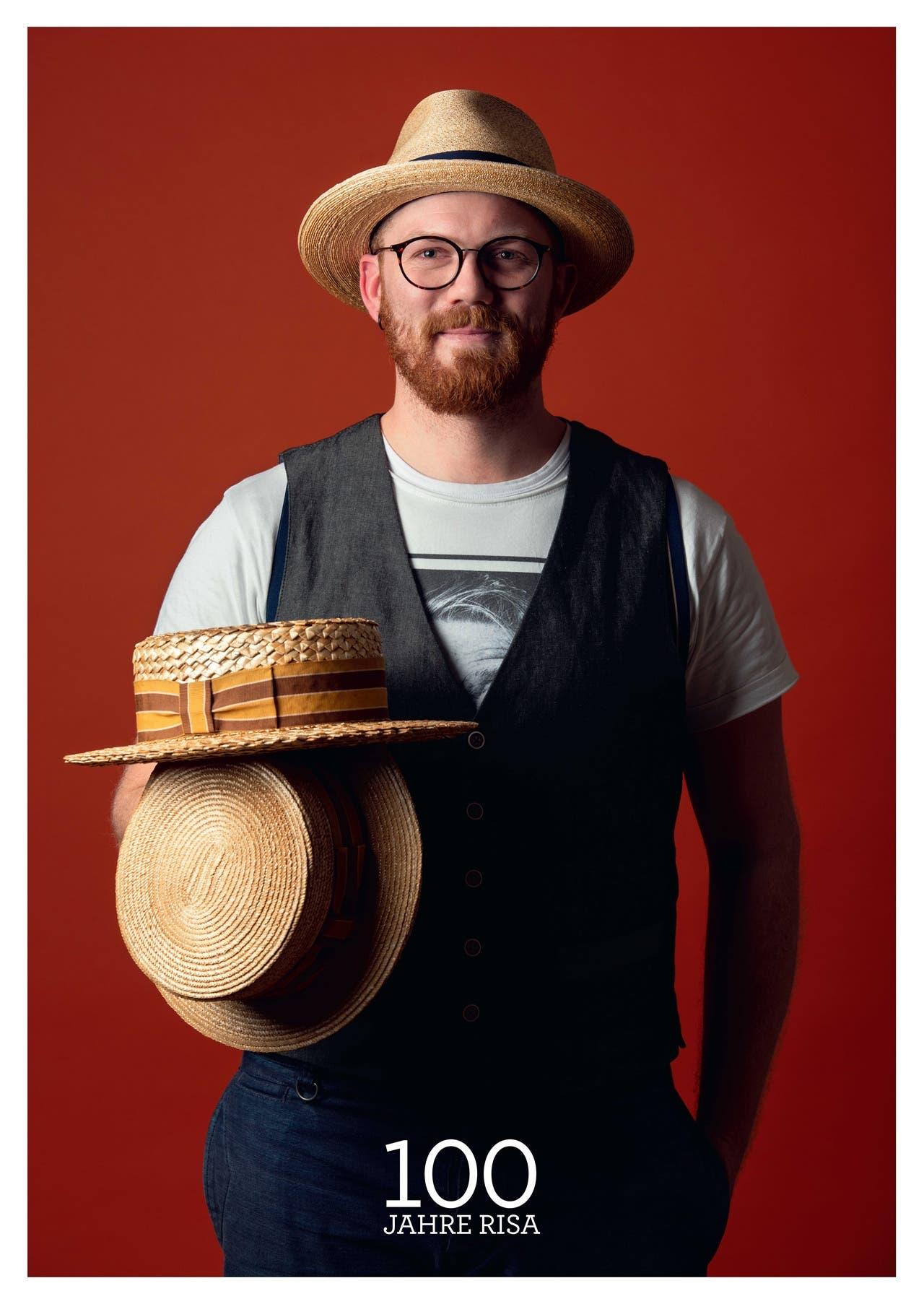 Julian Huber zeigt die neuen Jubiläumshüte und trägt das Modell Julian, einen klassischen Herren-Fedora aus ultrafeinen Weizenstrohbändern.