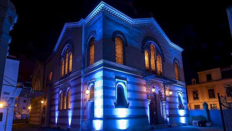 In Basel wurde die Synagoge der Israelitischen Gemeinde Basel als Zeichen der Erinnerung farbig beleuchtet.