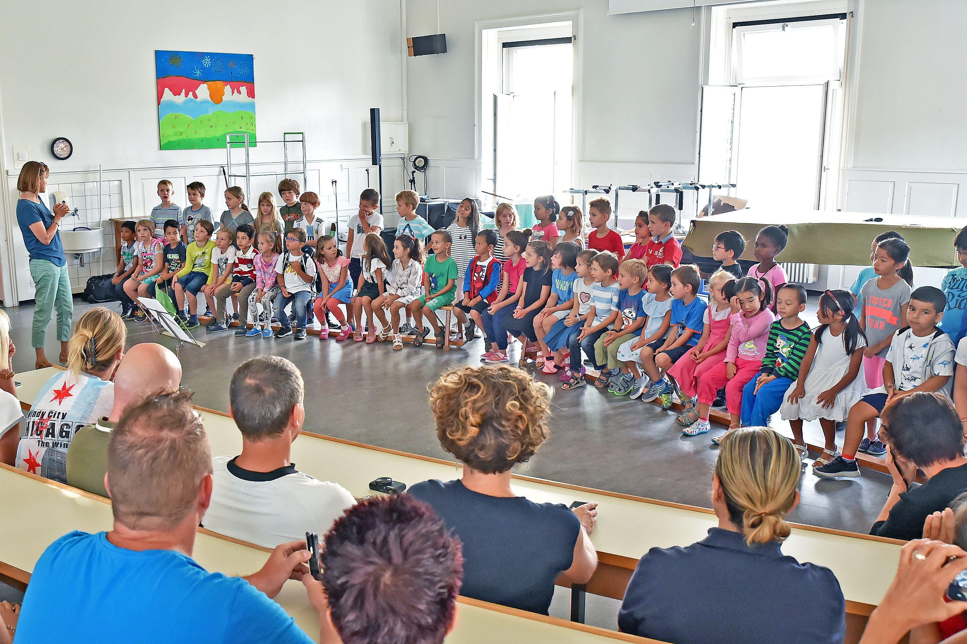 Schulanfang in Olten. Im Singsaal des Hübeli wurden die neuen Erstklässler unter den Augen ihrer Eltern mit Musik begrüsst.