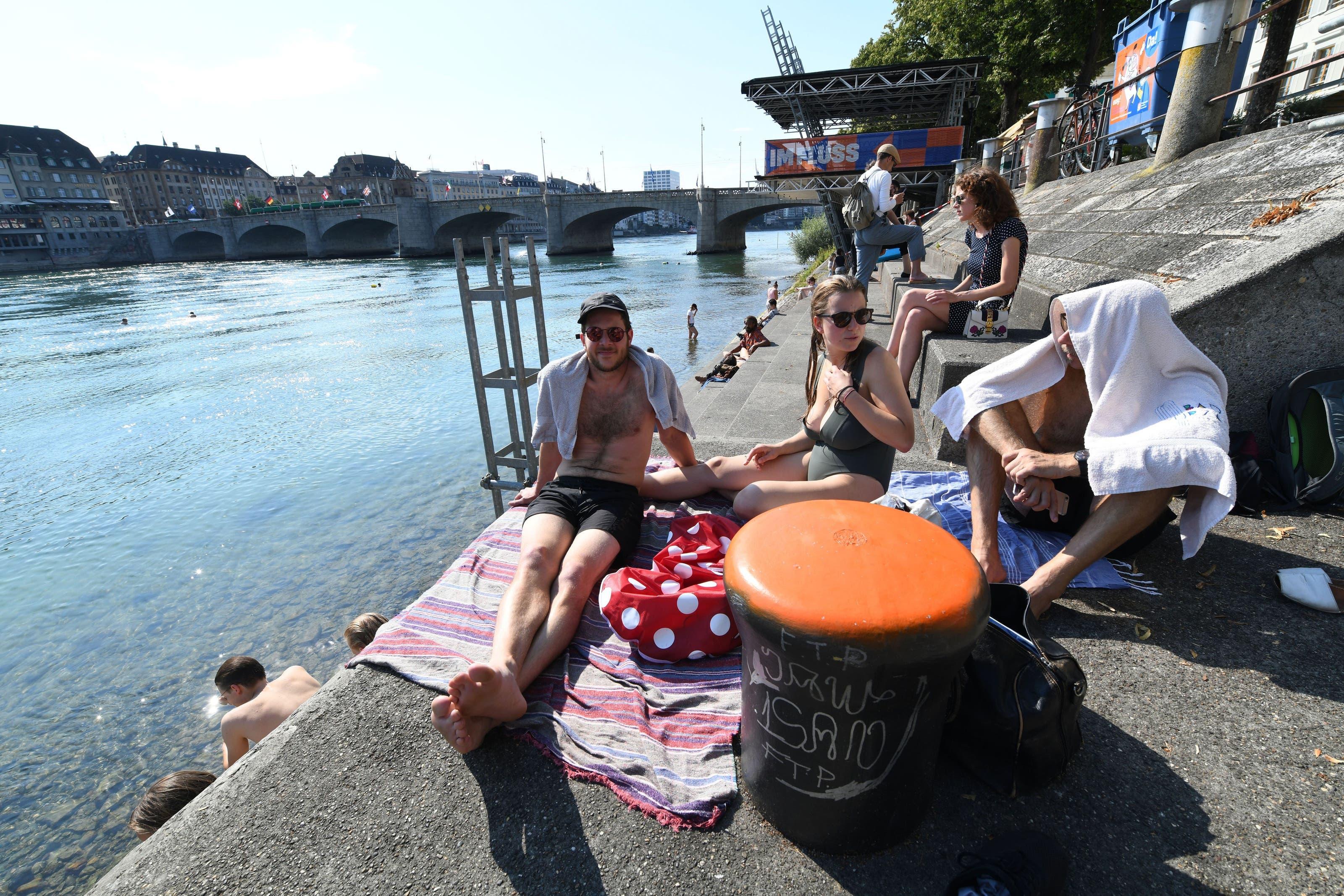 Die Hitzewelle hat Basel erreicht; der Rhein hat bereits rund 24 Grad Celsius. Sommer in Basel