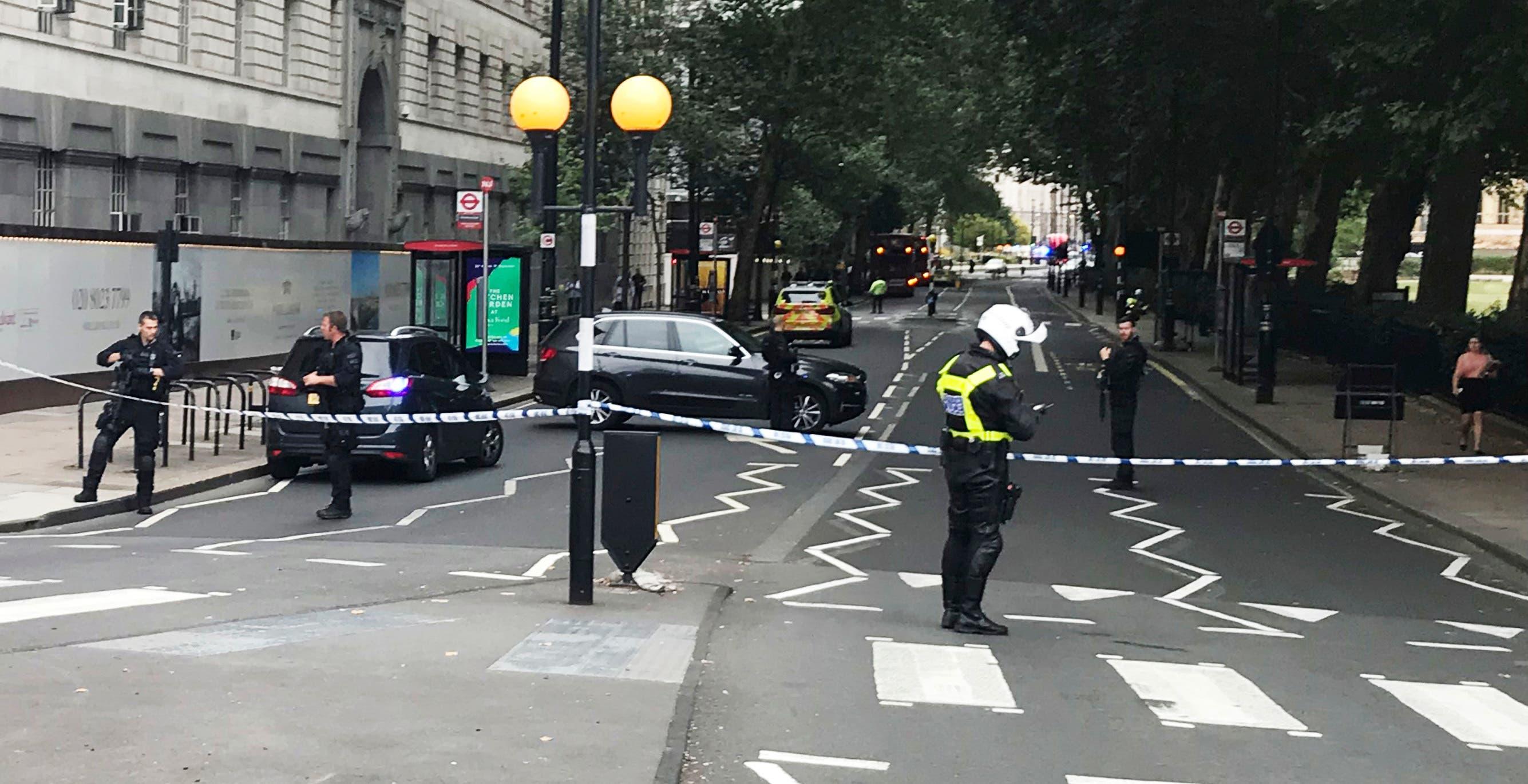 Ein Auto ist am Dienstag in die Absperrungen vor dem britischen Parlament in London gerast.