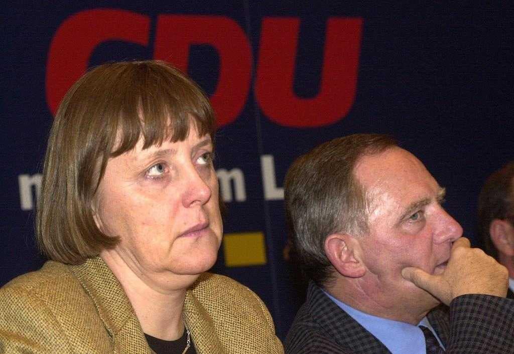 Parteispendenaffäre: Merkel und Schäuble Wolfgang Schäuble gibt am 10. Januar 2000 zu, dass er 1994 eine Spende von 100'000 D-Mark in bar von dem verurteilten Waffenhändler Karlheinz Schreiber erhalten hatte. Damit hat er Merkel den Weg zum Parteivorsitz und schliesslich auch zur Kanzlerschaft frei gemacht.