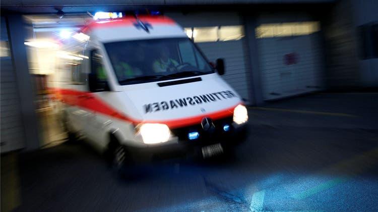 Enthemmte Party-Besucher bedrängen Ambulanz – Sanitäter rufen Polizei