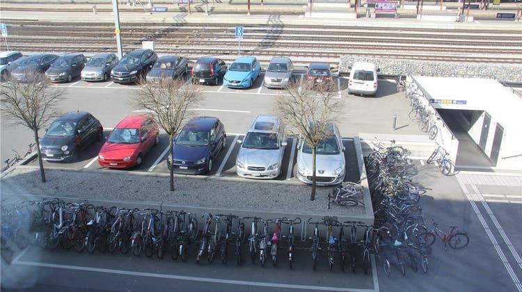 Wegen fehlender Veloparkplätze herrscht am Bahnhof Chaos