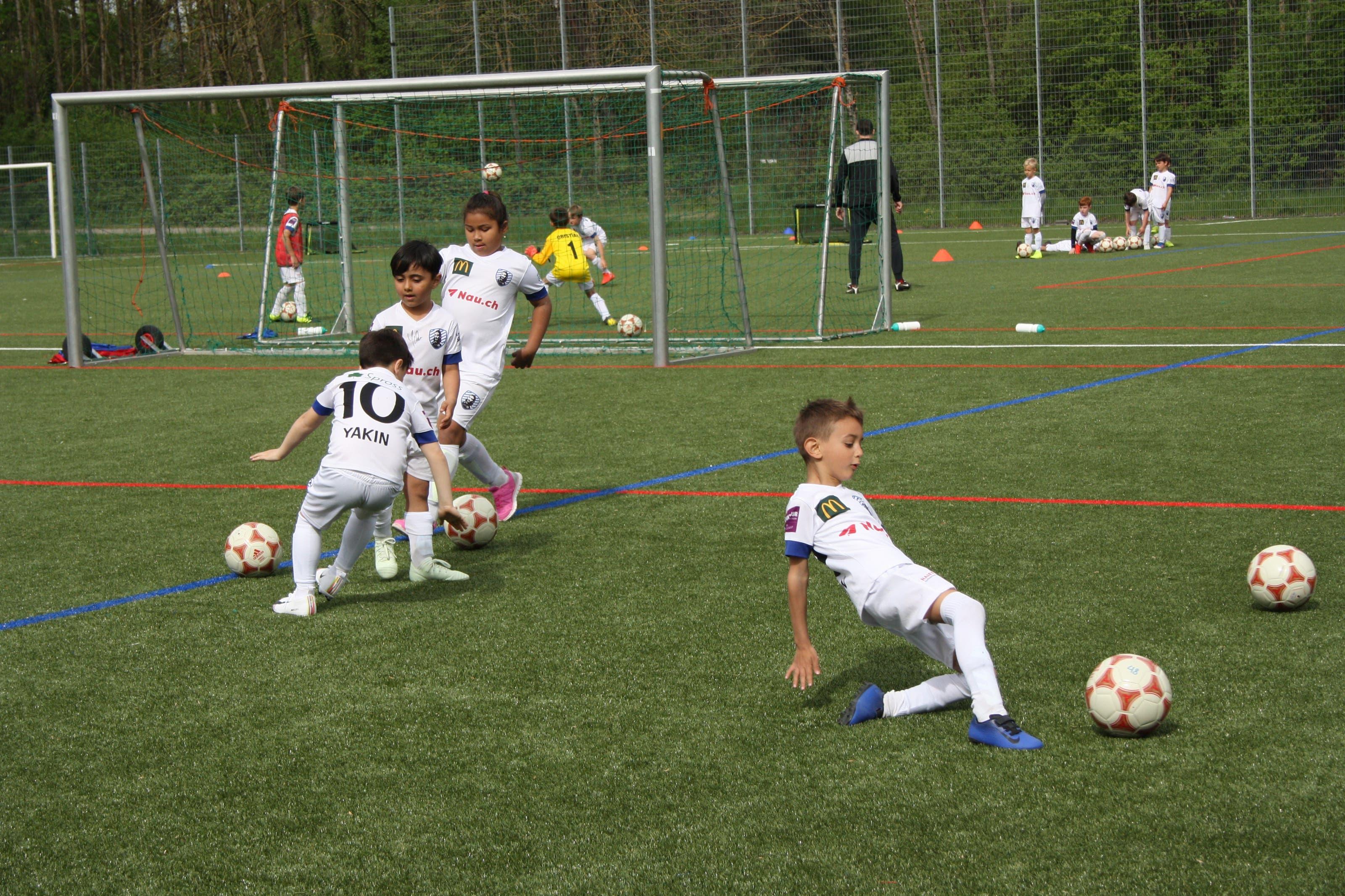 Voller Körpereinsatz: Die Kinder geben im Fussballcamp alles, um den Ball richtig zu treffen.