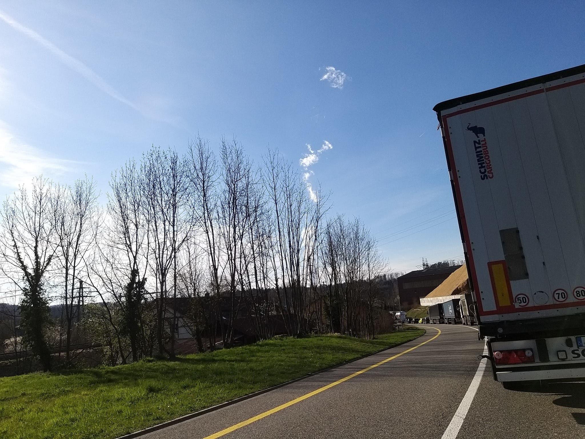 """Stau wegen Grenzübergang Koblenz: """"Halbstundenweise bewegt sich gar nichts"""", schrieb eine Frau auf Facebook."""