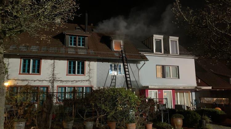Drei Verletzte bei Brand in Flarzhaus im Zürcher Oberland — 17 Bewohnern mussten evakuiert werden