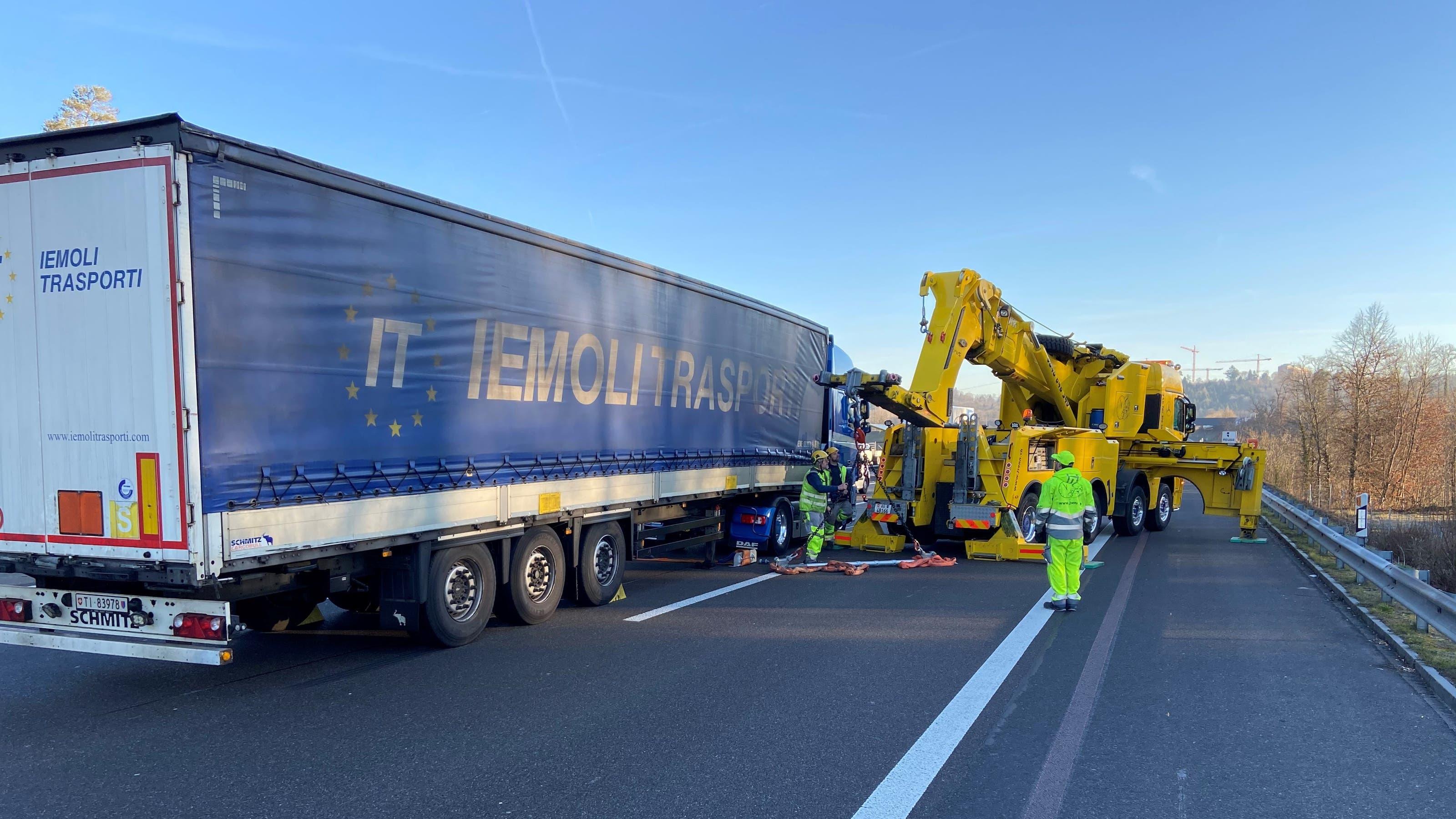 Bei diesem Lastwagen verschob sich die Ladung am Mittwochmorgen. Das führte zu einem Megastau auf der Autobahn A1 im Aargau.