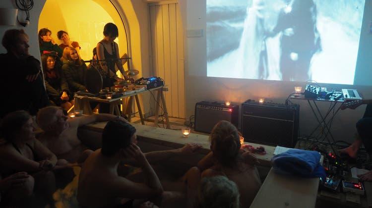 Das Raben-Thermalbecken wird zum Kinosaal