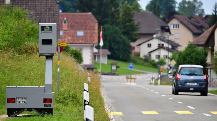 20-Jähriger versenkt Teile von Blitzer in Baggersee – und stellt sich später selber