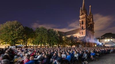 Die Geschichte hinter der Leinwand auf dem Basler Münsterplatz