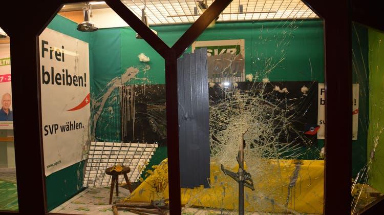 Ein Schaufenster der SVP beschädigt — eine Strafanzeige wurde eingereicht