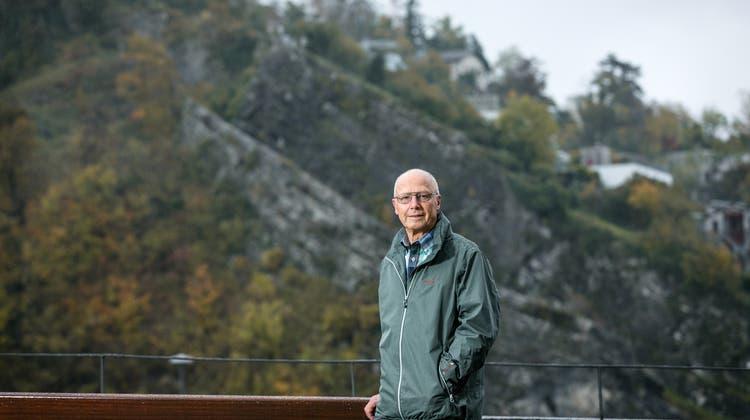 Dieser Geologe erklärt mittels Putzlappen, wie die Alpen entstanden sind