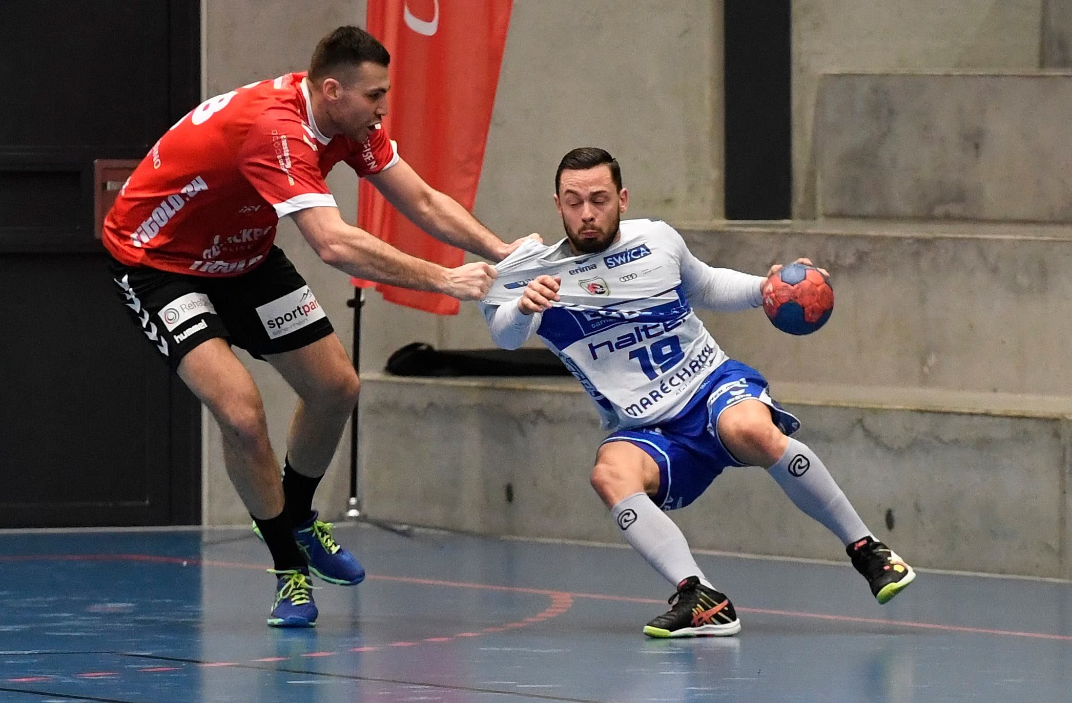Hat auch defensive Qualitäten: TVE-Neuverpflichtung Milomir Radovanovic (l.) kümmert sich um den ehemaligen Suhrer Severin Ramseier.