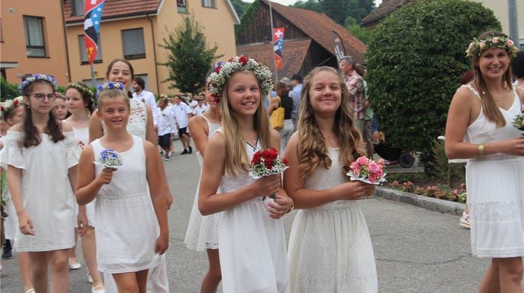 Jugendfest 2019: Das Dorf feierte in Weiss – mit vielen Farbtupfern
