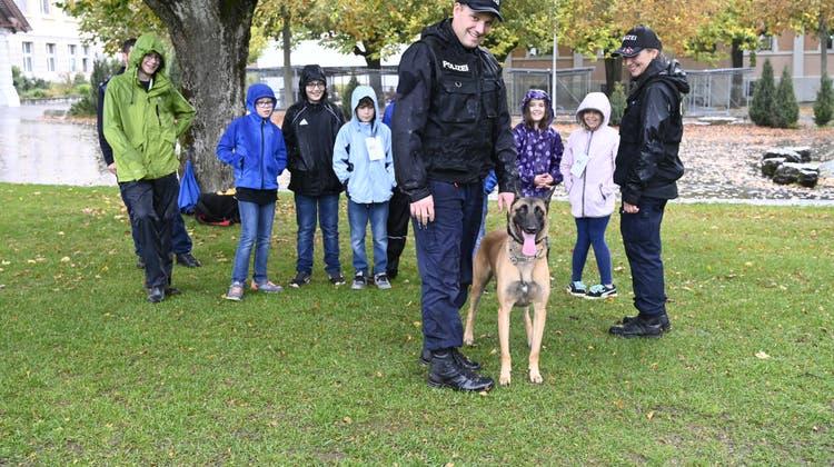 Ferienpass bei Polizei und Rettungsdienst zeigt: Polizeihunden macht Regen nichts aus