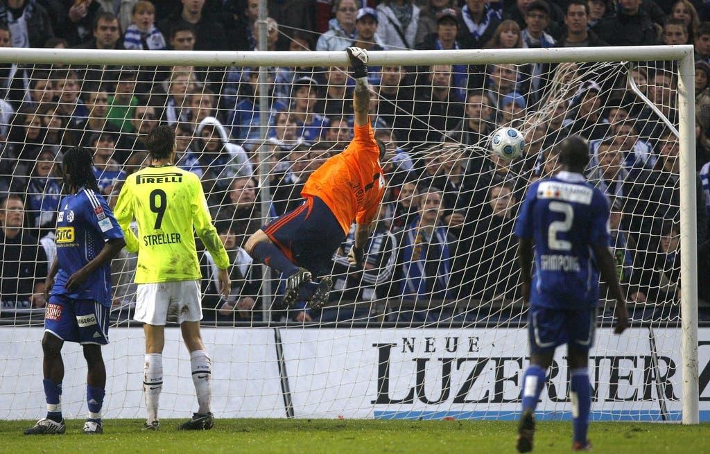 Hier kann Luzern-Goalie David Zibung einen Ball parieren.