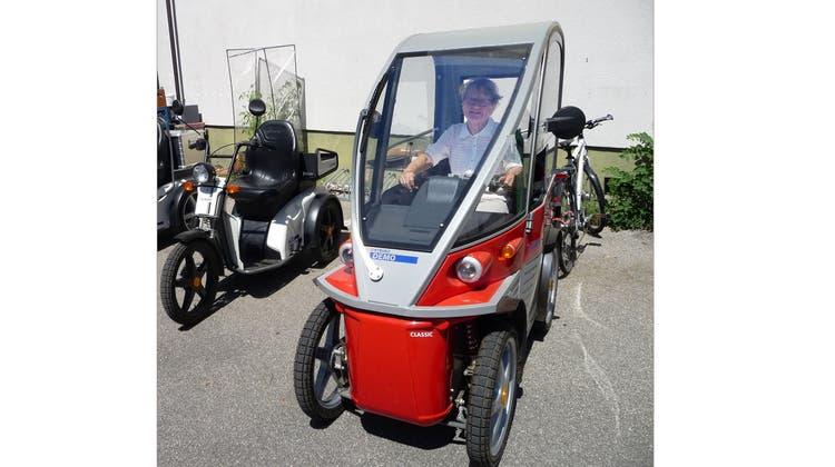Senioren testen die leicht zu bedienenden Elektrofahrzeuge