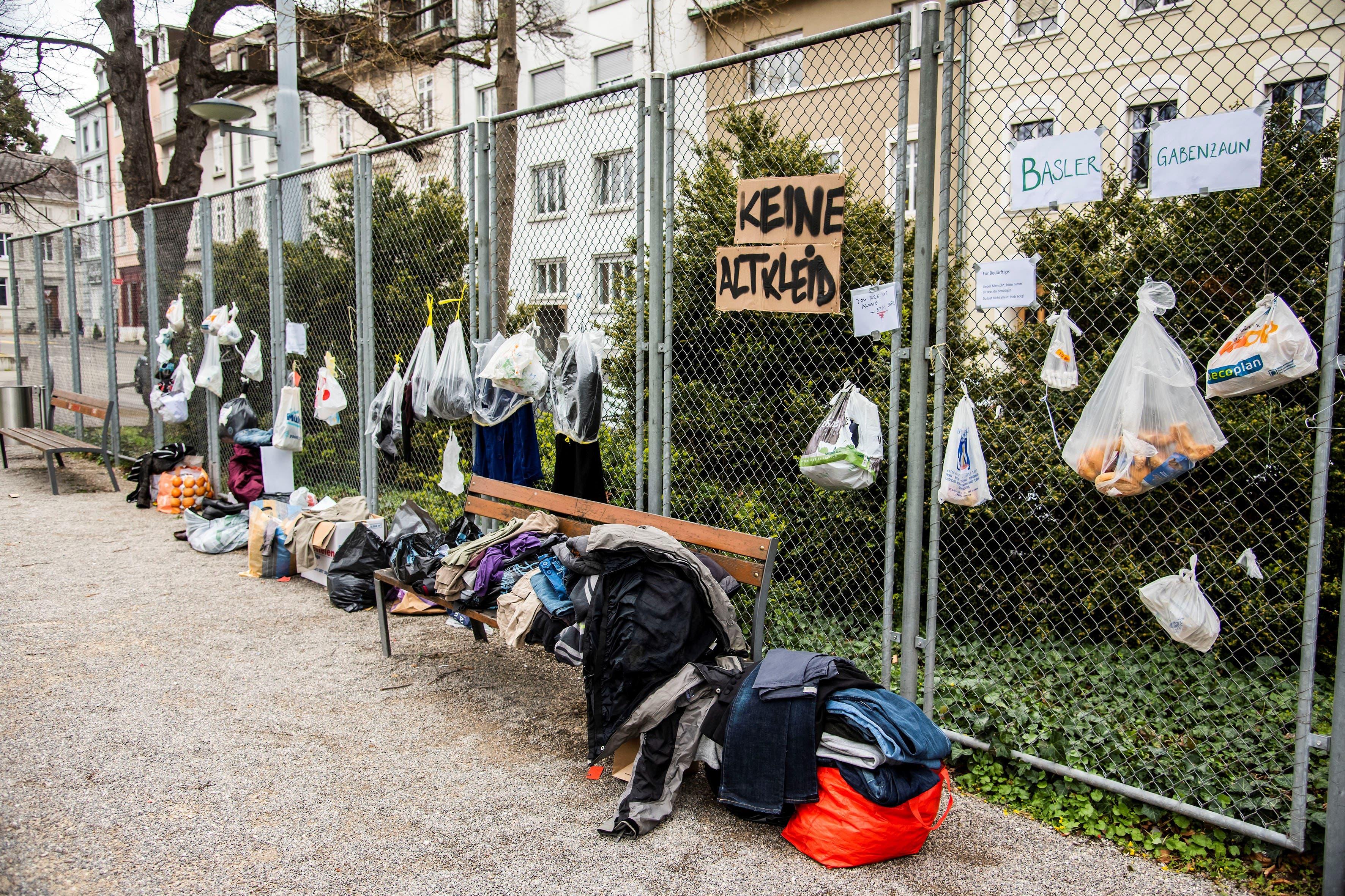 Der erste Standort eines Gabenzauns in Basel: Eine Gruppe junger Menschen lancierte das Projekt zuerst beim Wettsteinplatz.