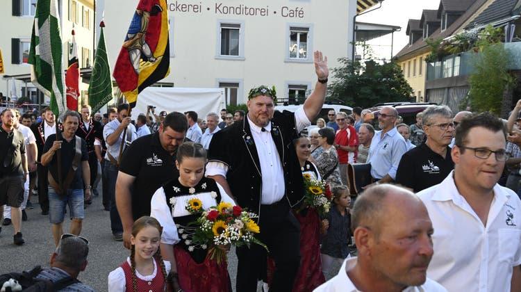 Lengnauer feiern ihren Schwingerkönig Chrigu Stucki zum Start der Dorffestwoche