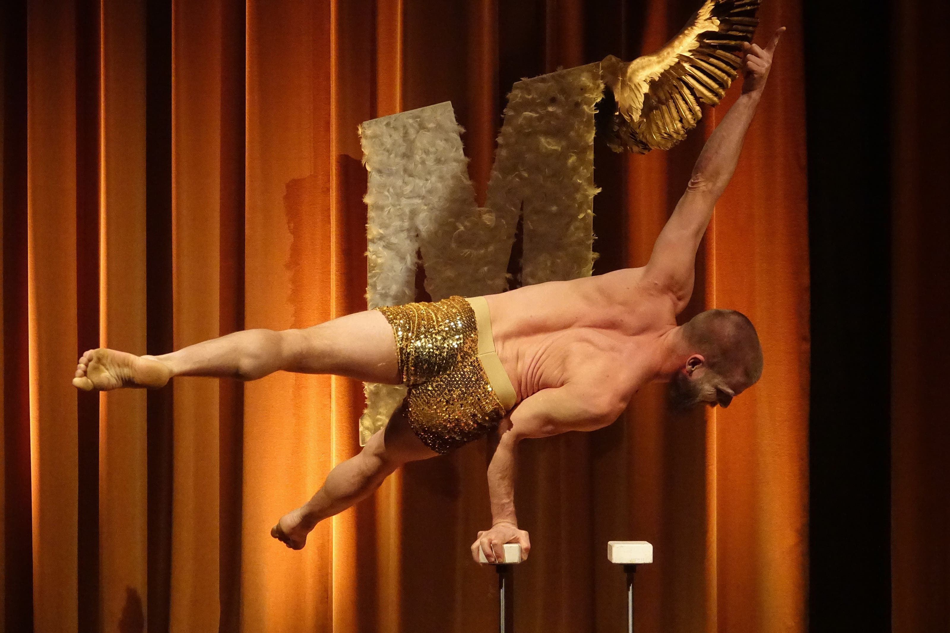 Finn 'Gonzo' Andersen zeigt im Salon Morpheus 'handfeste' akrobatische Akte.