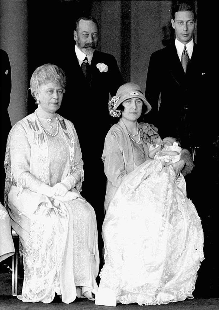 Elizabeth kommt am 21. April 1926 zur Welt. Am Tag der Taufe posiert die Familie für ein Foto: Elizabeth' Grosseltern (links), die Königinmutter und Vater Albert (rechts), der spätere König George VI.