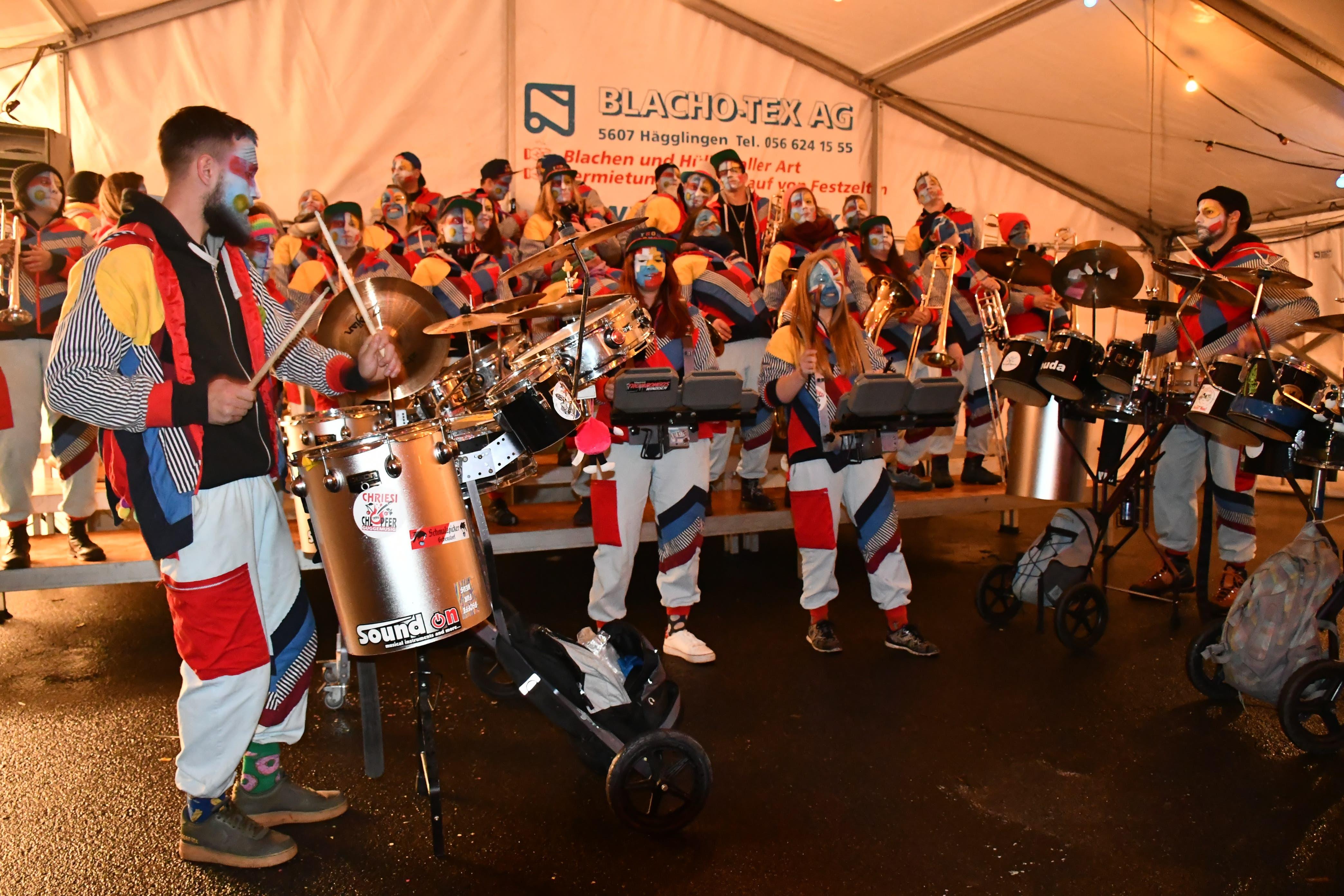 Fasnachtseröffnung Windisch Die einheimische Guggenmusik Trombongos macht den Anfang.