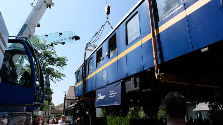 18 Tonnen schweres Wagi-Denkmal fliegt sachte durch die Luft: «Nun freuen wir uns auf das erste Bier im Wagen»